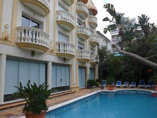 San Sebastian Playa Hotel: view of inside room balcony from pool area