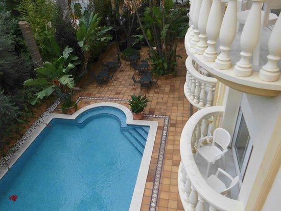 Urh Sitges Playa Hotel: pool area looking down from room