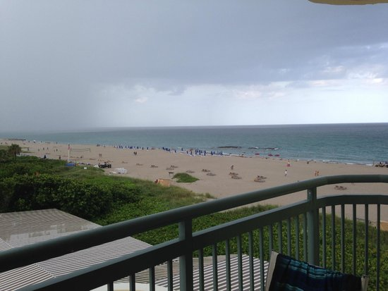 Hilton Singer Island Oceanfront/Palm Beaches Resort: Balcony view of the beach