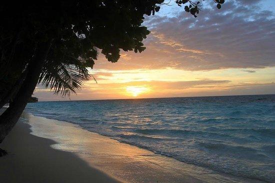 Vilamendhoo Island Resort & Spa : Закат