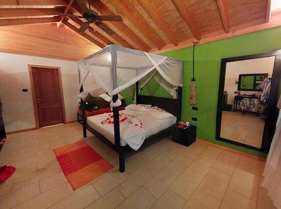 Vilamendhoo Island Resort & Spa : Номер,украшенный в честь свадьбы