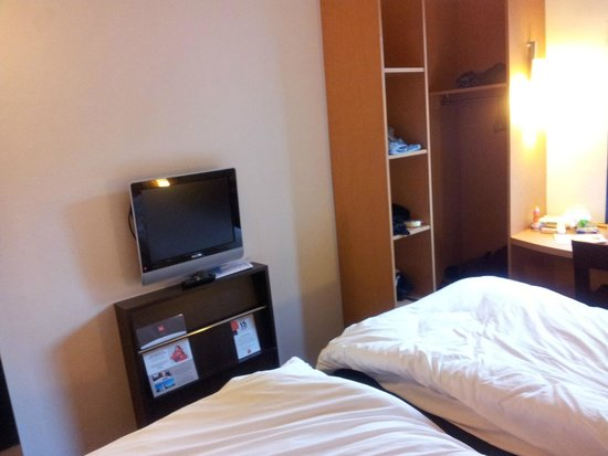 Ibis Marrakech Centre Gare : TV/storage cabinets