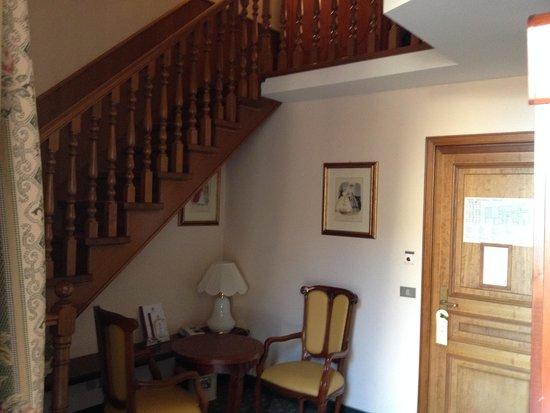 Hotel Berchielli : Sala com sanitário e varanda