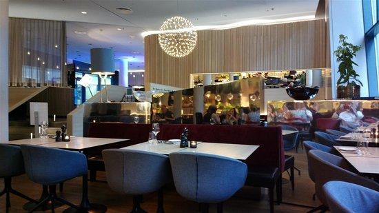 Scandic Hamburg Emporio: Matsalen och baren