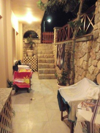 Merovigliosso Apartments: corridoio-balcone comune seminterrato