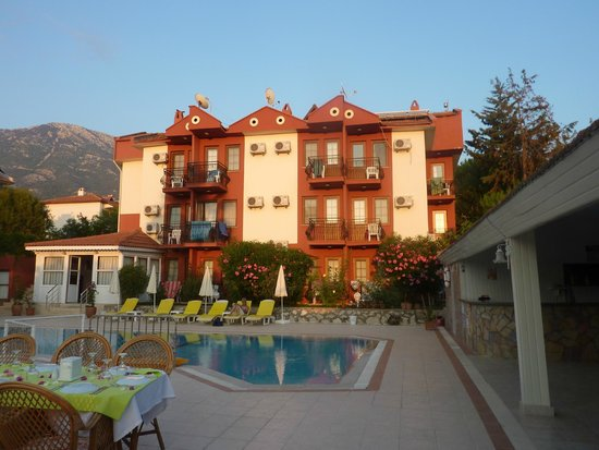 Olympos Hotel: The hotel building from the pool