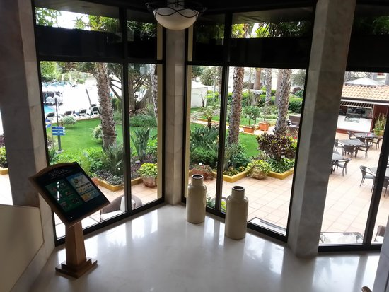 Suite Hotel Eden Mar : Blick von der Lobby in die Gartenanlage