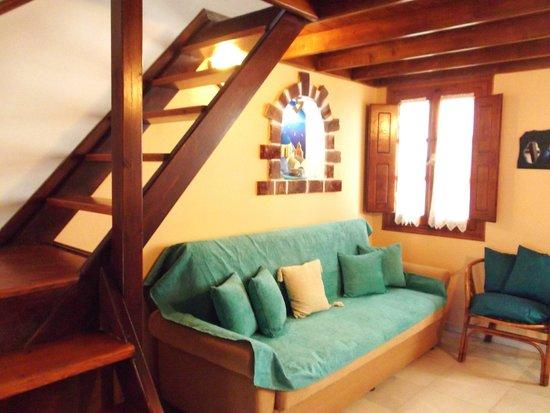 Merovigliosso Apartments: divano e scale per il piano superiore