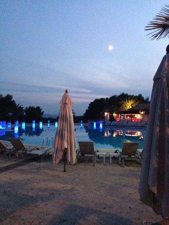 Club Med Opio Provence : piscine le soir