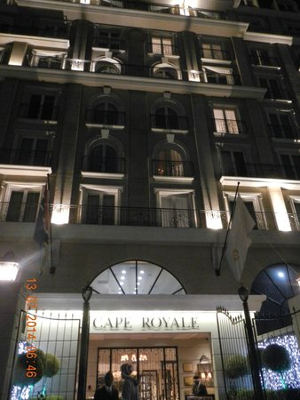 Cape Royale Luxury Hotel : Night time at the entrance Hotel Royale