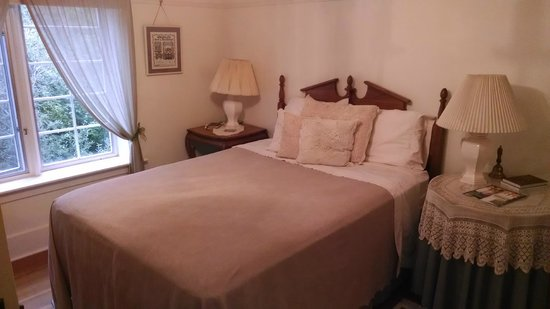 Sproule Heritage Bed & Breakfast: Our queen bedroom
