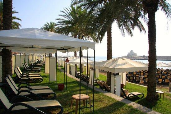 Rixos Sungate: пример беседок на пляже  и наличие свободных мест...