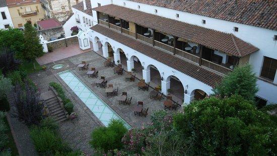 Parador de Guadalupe : Hotel inner court yard
