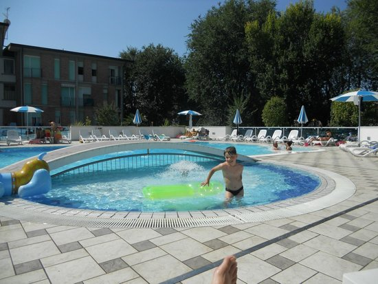 Hotel Firenze: Pool with kids basin, pretty natural surrounding
