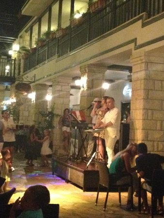 Paloma Grida Resort & Spa : Live band in 'The Street'