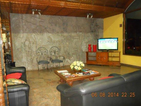 Mirante Hotel: Recepção - painel em auto-relevo da 1ª missa no Brasil.