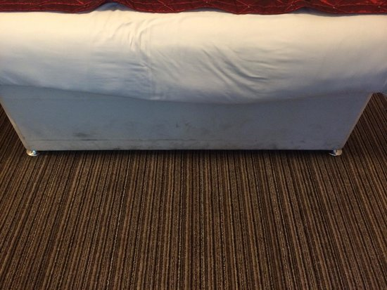 The York Hotel: Mouldy bed from damp