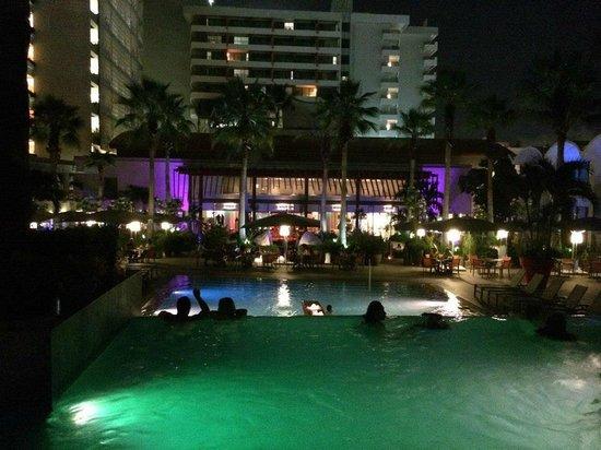 La Concha Renaissance San Juan Resort: Main Pool at night