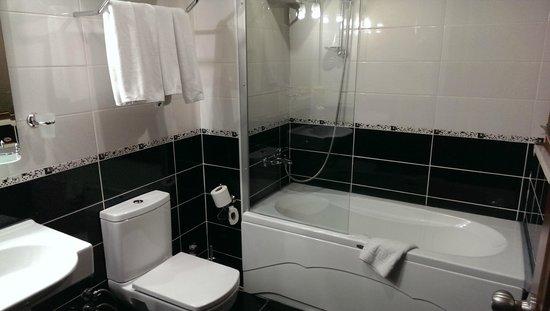 Basileus Hotel: Hotel bathroom.