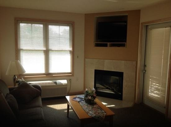 Mill Creek Hotel : Gas fireplace and door to balcony