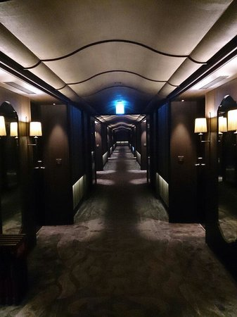 Palais de Chine Hotel : Hallway to the room