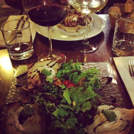 L'Enoteca : Salade de chèvre chaud et excellent vin rouge sur conseil du patron !