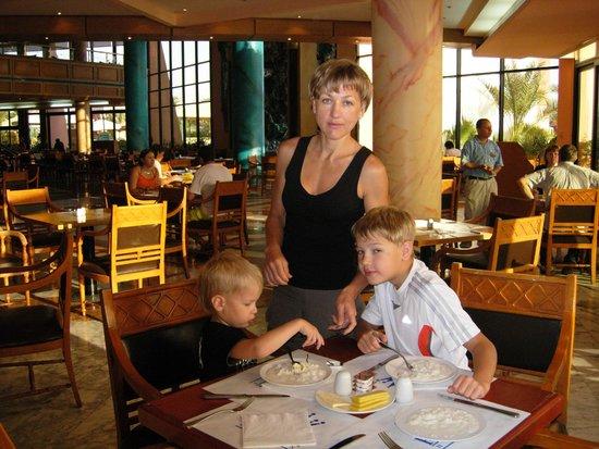 Golden 5 Paradise Resort: моя семья мы в ресторане