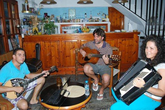Mantraki Apartments: Soiré musicale en famille