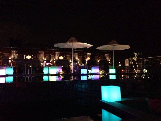 Radisson Blu Jaipur : Il bar piano piscina