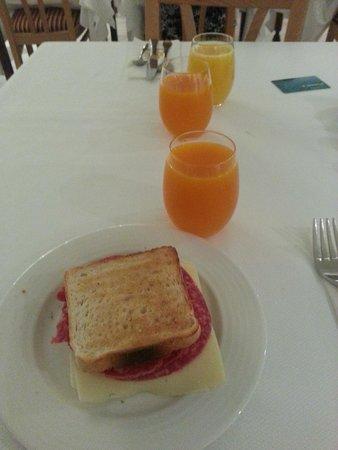 Universal Hotel Perla: colazione tipo...spettacolo