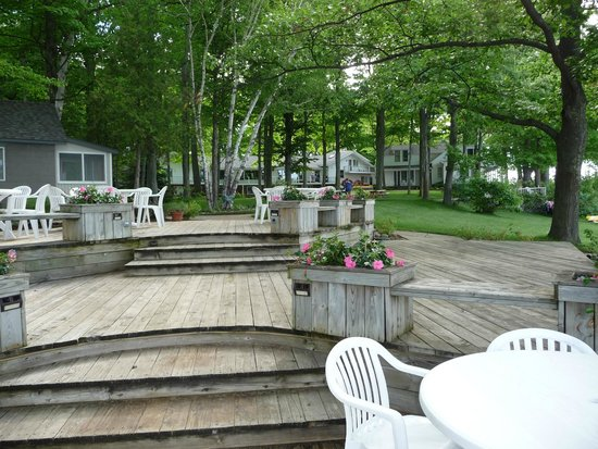 White Birch Lodge: Great deck area overlooking the beach where some meals are served.