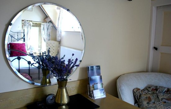 Dove Cottage: Mirrors in Double Room