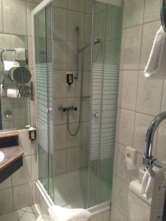 Hotel Nestroy: Shower