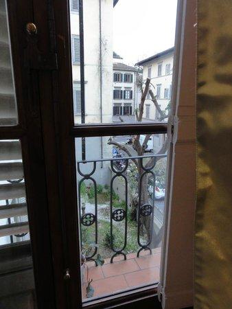 Serristori Palace: Вид из номера на проулок