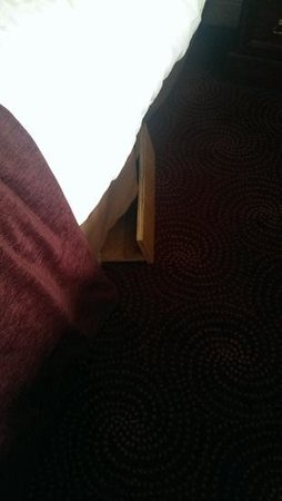 Falls Hotel & Spa: The wood my son tripped on that was sticking out from under his bed