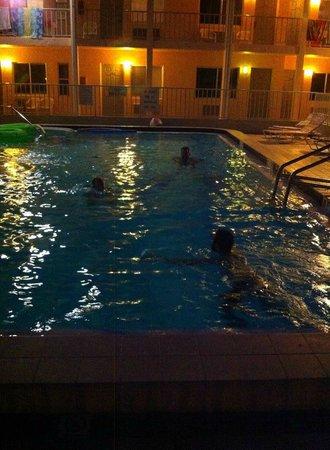 Belleair Beach Resort: Pool area.