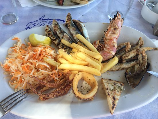 Boathouse Taverna: Taverna Boathouse  Mix grilled fish for one person