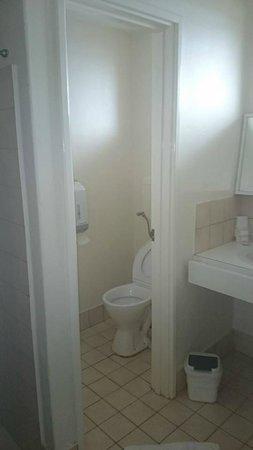 Ace Motor Inn: Bathroom