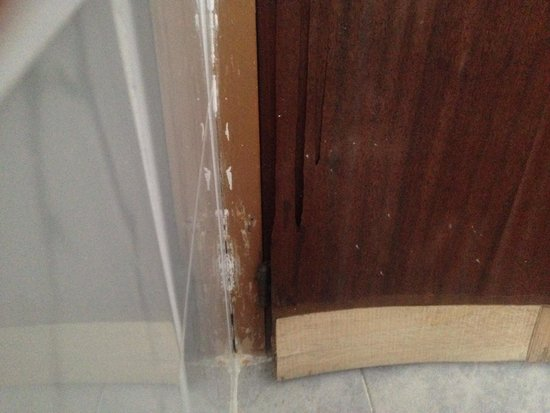Ses Savines Hotel: Wood peeling off the doors!