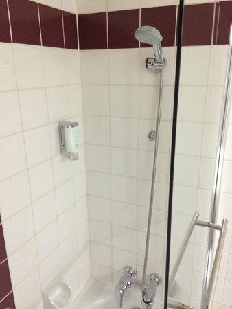 Arcotel Wimberger Hotel: Bathroom, very clean