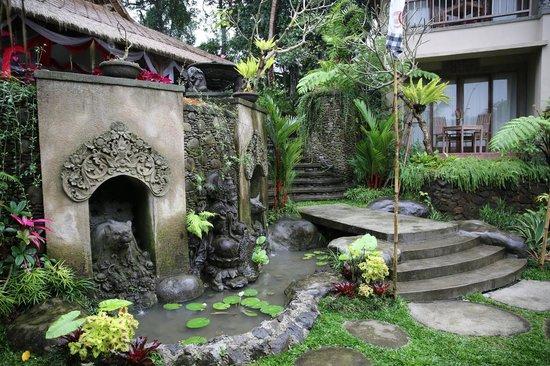Puri Gangga Resort: Fountain Below Restaurant and Garden Suites