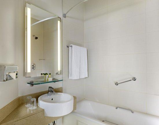 Doubletree by Hilton – London Islington : Bathroom