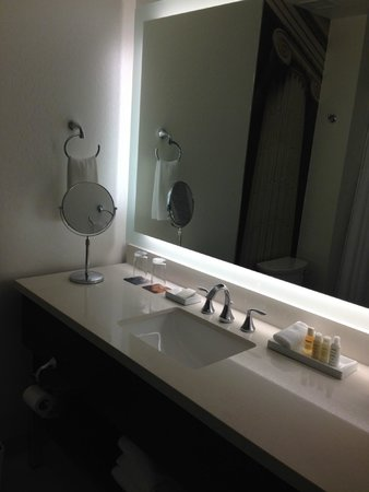 Renaissance Denver Downtown City Center Hotel: Bright and modern bathroom with Aveda products
