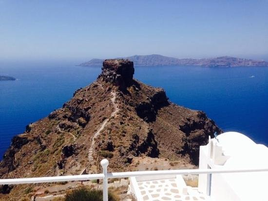 Grace Santorini Hotel : Skaros rock, RIGHT in front of the hotel. stunning.