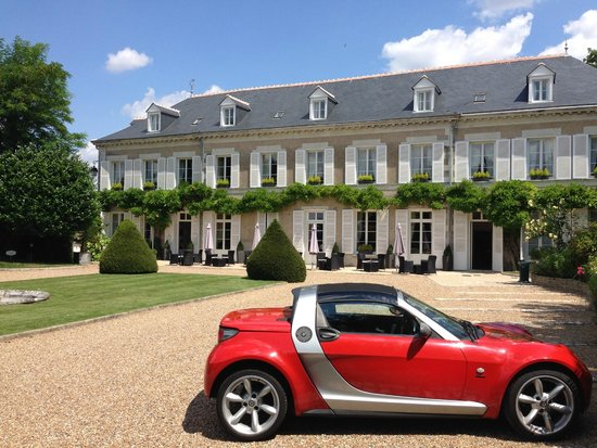 Hotel Le Manoir les Minimes: Sorry for my car ruining the view... ;)