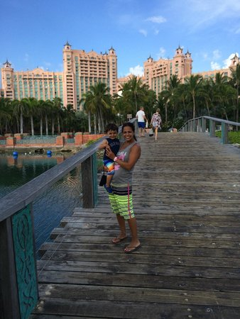 Atlantis, Royal Towers, Autograph Collection : bridge to the public beach
