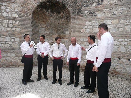 Palais de Dioclétien : Local singers