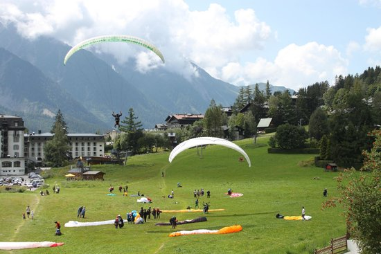 La Sapiniere: Paragliders landing in front of terrace