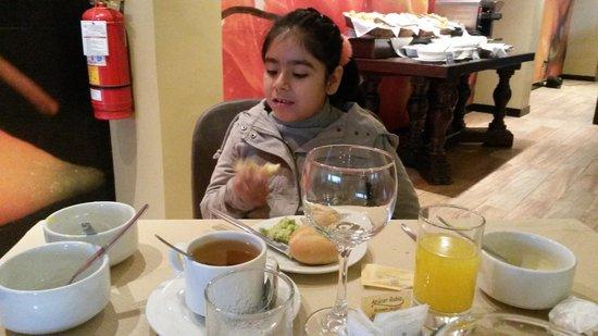 Sonesta Hotel Cusco: Tomando un rico desayuno