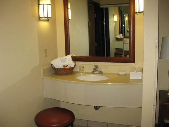 MCM Elegante Lodge & Suites: King Suite - vanity area